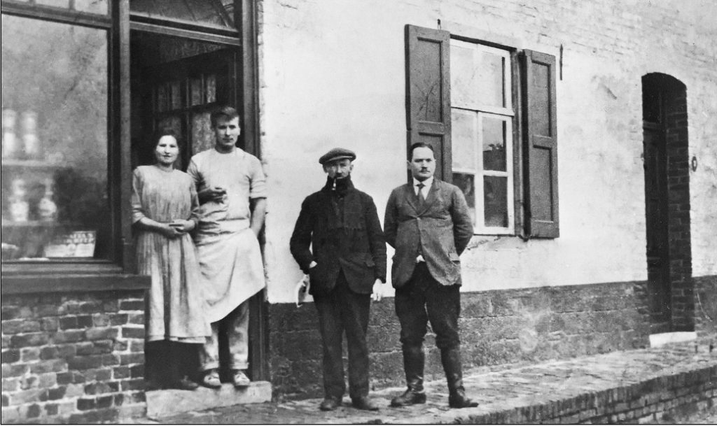 Voor de bakkerij aan de Kerkstraat in Heerlerheide